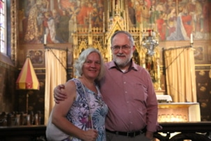 Joachim Kuhs mit Ehefrau Ingrid in einem Kirchengebäude