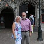 Joachim Kuhs mit Ehefrau Ingrid vor einem Kirchengebäude