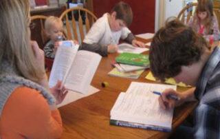 Kinder beim Heimunterricht