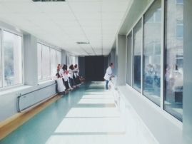 wartendes Gesundheitspersonal im Krankenhaus
