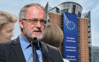Joachim Kuhs vor dem Gebäude der EU-Kommission in Brüssel