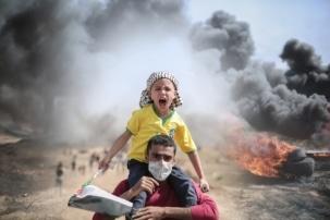 Mann mit Kind im Gazastreifen