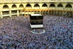 Muslime kreisen um den Kaaba-Stein in Mekka