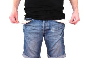 stehender Mann mit kurzen Jeanshosen und leeren Hosentaschen